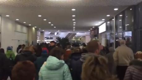 """Массовая давка и километровые очереди: как в Донецке террористы заново открывали """"отжатый"""" у Гуменюка супермаркет """"Parus"""""""