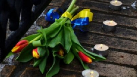 На место убийства Немцова Теффт возложил букет с желто-синей ленточкой