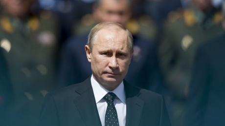 """Вся лента в проклятиях: соцсети едко поздравляют Путина с """"последним"""" днем рождения, Интернет разрывает от бурных комментариев - кадры"""