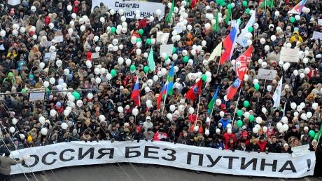 Смирение и страх: около 85% россиян готовы терпеть падение уровня жизни, не выходя на любые акции протеста, - опрос