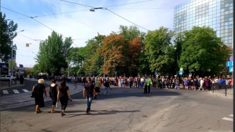 В Донецке километровые очереди перед театром, куда привезли тело Захарченко: очевидцы жалуются на озверелых боевиков - кадры