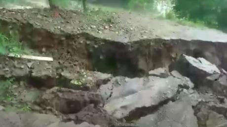 В Яремче оползень чуть не утащил детей под землю - происшествие попало на видео