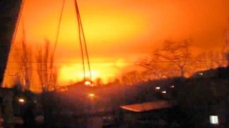 """Батальон """"Азов"""" и ДНР озвучили версии мощного ночного взрыва в Донецке"""