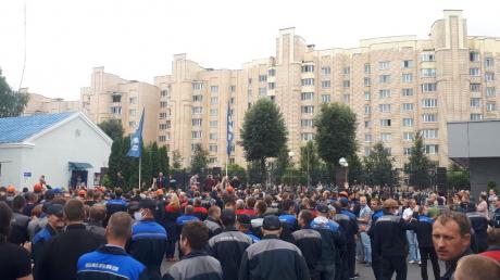 """Протест на заводе """"БелАЗ"""" в Жодино: рабочие требовали от мэра убрать ОМОН из города"""