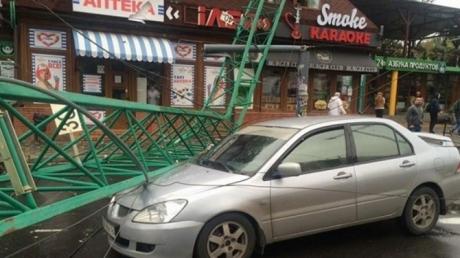 Армагеддон в Одессе: сильный ветер крушит деревья, машины, на дороги падают строительные краны (кадры)