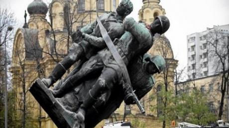 """""""Это неуважение к исторической правде"""", - в Госдуме распсиховались из-за подписания президентом Польши закона о сносе советских памятников"""