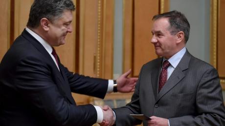 Потомок магната Терещенко получил паспорт Украины из рук Порошенко