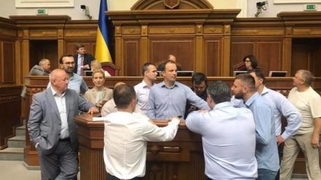 В Верховной Раде блокируют трибуну с требованием снять неприкосновенность с депутатов и начать реальную борьбу с коррупцией