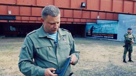 """""""Противник убит, на**й, точно!"""" - соцсети высмеяли матершинника Захарченко, хваставшегося пистолетом """"собственного производства"""" (кадры)"""