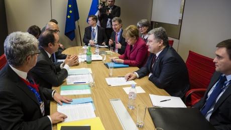 Если РФ не будет соблюдать Минские соглашения, то мы в несколько раз усилим санкции и просто уничтожим Путина и его режим – Порошенко, Олланд и Меркель
