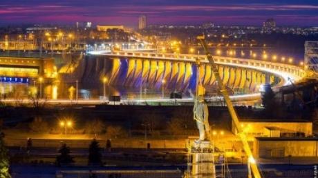 Демонтаж памятника Ленину в Запорожье продолжается уже более 12 часов подряд