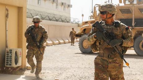 В Ираке из систем залпового огня расстреляли военную базу США: много жертв, база в огне