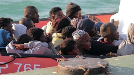 Смертельная переправа: в Средиземном море перевернулись лодки с мигрантами - более 400 погибших
