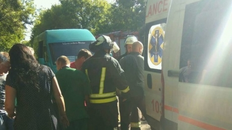 Появились кадры с места ужасающей автокатастрофы в Луганской области: автобус слетел с дороги и перевернулся, раненые выжили только благодаря чуду
