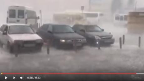 Москву засыпает снегом и крупным градом: москвичам не советуют появляться на улицах и предупреждают, что скоро начнется ужасающий ураган - кадры