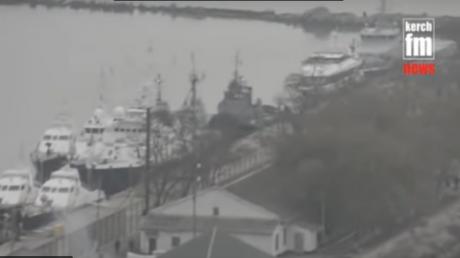 Где сейчас захваченные корабли ВМС Украины и что с ранеными военными: ответ ФСБ РФ облетел Сеть - кадры из Керчи