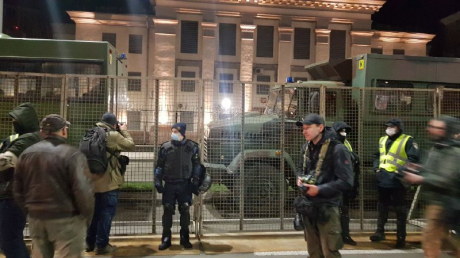 В Киев к посольству РФ стянули военную технику: здание под усиленной охраной, кругом сотни бойцов Нацгвардии