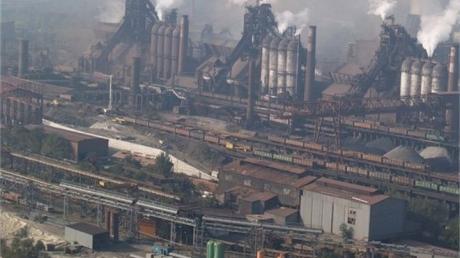 Смертельная трагедия на меткомбинате им. Ильича в Мариуполе: под бетонными плитами при обвале перекрытия нашли трех погибших работников