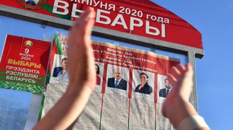 Автозак въехал в протестующих в Минске: есть тяжелораненые, люди отбивались от ОМОНа