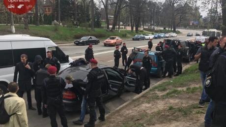 """Титушки ворвались в """"дом Арбузова"""" и выкидывали на улицу переселенцев: в Киеве стреляли возле скандального общежития, есть раненые - кадры"""