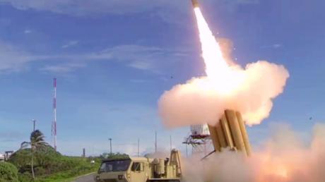 США наглядно продемонстрировали Кремлю и КНДР настоящую мощь противоракетного комплекса THAAD: в Сети появились эксклюзивные видеокадры, как американцы сбивают баллистическую ракету