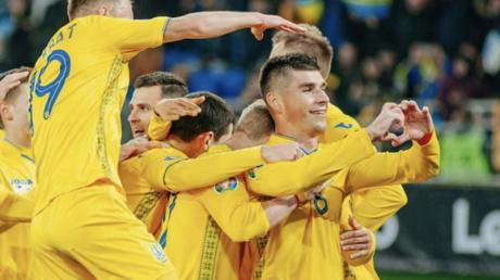 Украина - Литва  2:0: уверенную победу сборной фанаты поддержали шикарным исполнением гимна - видеообзор