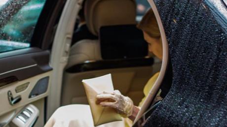 Желтый цвет платья Елены Зеленской во время визита в Японию вызвал бурную реакцию в сети