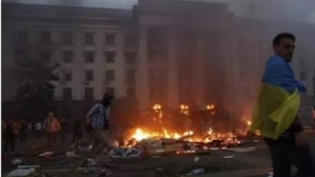 """Активисты партии """"Братство"""" ответили на ночной протест в Одессе: Сожгли Дом профсоюзов - сожжем и мэрию"""