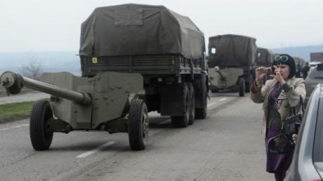 В Донбассе боевики перебросили 60 крытых грузовиков и более 50 единиц бронетехники, - Тымчук