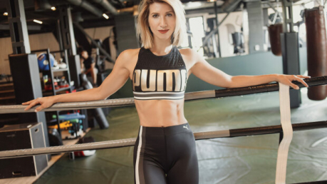 Тренер Анита Луценко показала, как стоять в планке, чтобы похудеть