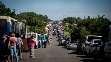 Четырехдневные очереди, инфаркты и драки: на КПВВ в направлении Бахмута скопились сотни автомобилей