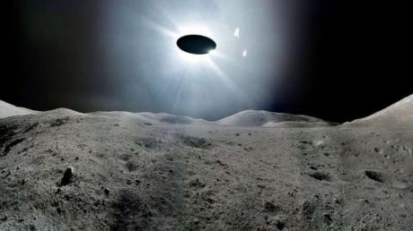 На Луне есть жизнь: уфологи зафиксировали полет гигантского НЛО