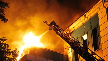 В Донецке сильный пожар охватил 3000 кв. метров больницы №18 - несколько этажей разрушены