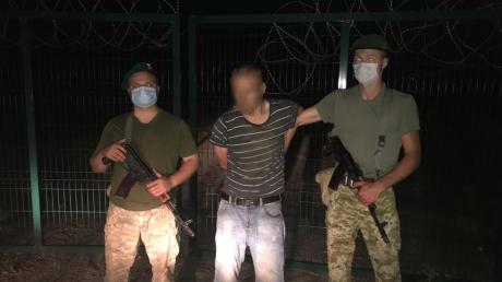 На украинско-российской границе мужчина через забор прорывался в РФ, видео
