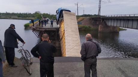 Пока Зеленский говорил о ремонте мостов, один из них рухнул в Днепропетровской области