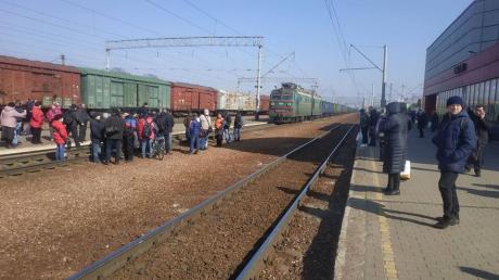 Транспортный коллапс из-за коронавируса: под Киевом люди перекрыли движение грузовых поездов и выдвинули требование, фото