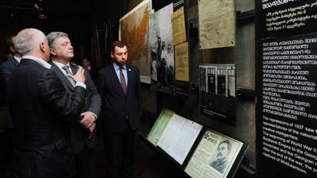 """""""Оставил после себя сильные впечатления"""", - Порошенко в Тбилиси посетил музей советской оккупации (кадры)"""