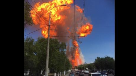 В российском Волгограде прогремел мощный взрыв: появилось видео подрыва бензовоза, много раненых