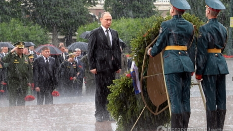 """""""Даже нимб не помогает - три волосины, зачесанные на лысину, все равно промокли"""", - соцсети высмеяли """"мокрые"""" фото Путина во время церемонии возложения цветов - кадры"""
