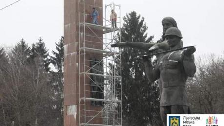 Во Львове демонтируют пилон Славы советского периода - кадры