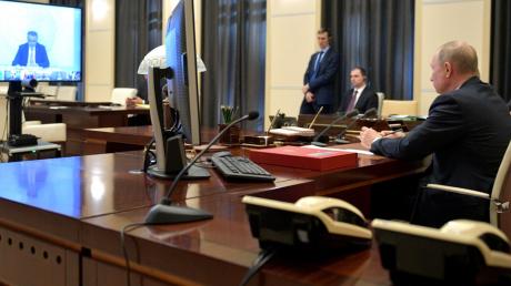 Путин впервые официально заговорил об отмене санкций и признал кризис