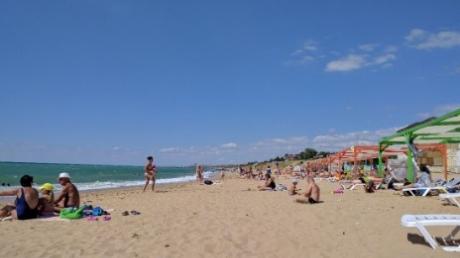 Сцепив зубы, оккупанты признали, что туристический сезон в аннексированном Крыму полностью провален – с туристами большая беда