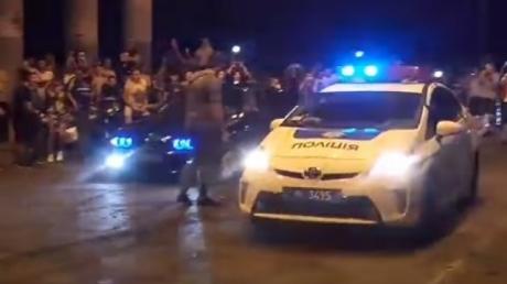 """За наши налоги дармоеды на машинке катаются: в Одессе патрульные полицейские на служебном """"Приусе"""" участвовали в незаконных уличных гонках – кадры"""