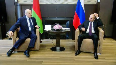 Деньги для Лукашенко: эксперты раскрыли, на сколько Беларуси хватит помощи Кремля