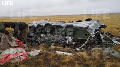 """В России военные """"упустили"""" две БМД-2  с высоты 1,5 км: техника в """"хлам"""", много раненых - кадры"""