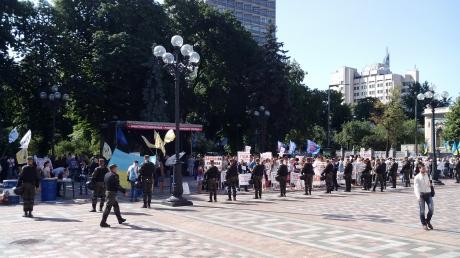 Под стенами Верховной Рады Украины одновременно проходят три митинга