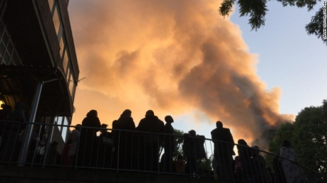 В Лондоне всю ночь горела 27-этажка: оказавшиеся в ловушке жильцы высотки молили о помощи несколько часов - кадры