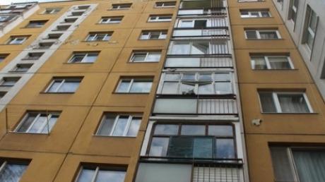Курьезный инцидент в Ужгороде: мужчина выпал с балкона девятиэтажки и приземлился на куст