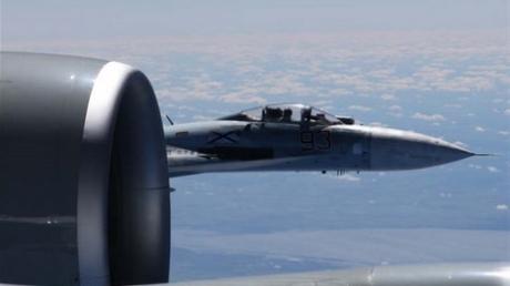 Американцы показали, как россияне на Су-27 коряво и непрофессионально попытались перехватить самолет-разведчик ВВС США RC-135U – кадры