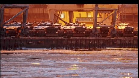 В порт Мариуполя срочно переброшены десятки танков ВСУ: фото произвели фурор в соцсетях
